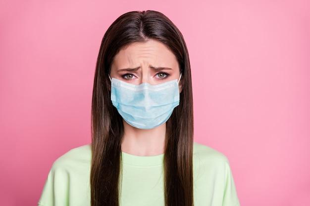 Close-up portret van haar ze aantrekkelijk depressief ellendig steil meisje met veiligheidsgaas masker wuhan syndroom virale longontsteking mers cov besmetting geïsoleerde roze pastel kleur achtergrond
