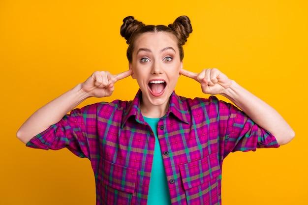 Close-up portret van haar ze aardig aantrekkelijk funky gefrustreerd meisje dragen geruit hemd sluiting oren negeren vermijden nieuws geheim geïsoleerd helder levendig glans levendige gele kleur achtergrond