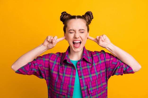 Close-up portret van haar ze aardig aantrekkelijk overweldigd gefrustreerd meisje draagt geruit hemd sluiting oren slecht humeur strijd schandaal geïsoleerd helder levendig glans levendige gele kleur achtergrond