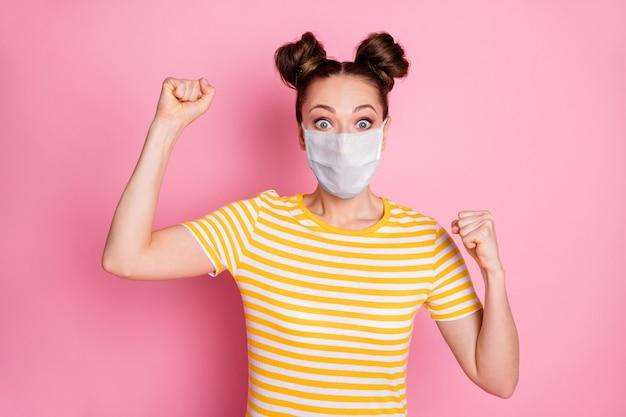 Close-up portret van haar ze leuk aantrekkelijk gezond gelukkig meisje dragen veiligheidsmasker vieren ziekte syndroom mers cov herstel gezondheidszorg geïsoleerd pastel roze kleur achtergrond