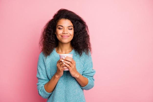 Close-up portret van haar ze leuk aantrekkelijk lief innemend mooi charmant schattig vrolijk vrolijk golvend haar meisje drinken kruidenthee rusten geïsoleerd over roze pastelkleur muur