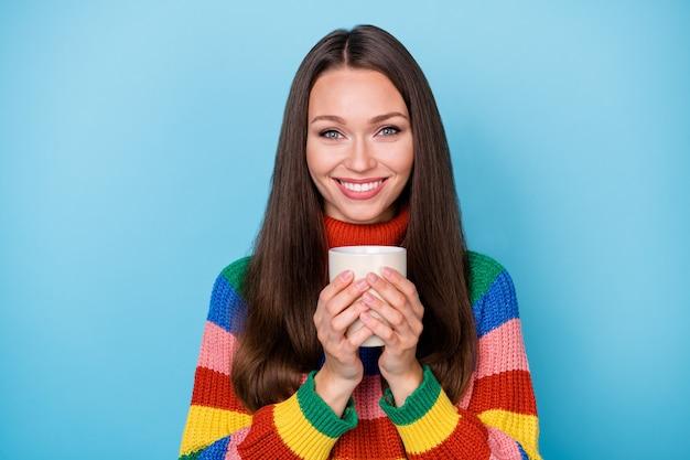 Close-up portret van haar ze leuk aantrekkelijk mooi mooi schattig vrolijk vrolijk bruinharig meisje drinken cacao goedemorgen geïsoleerd helder levendig glans levendige blauwe kleur achtergrond