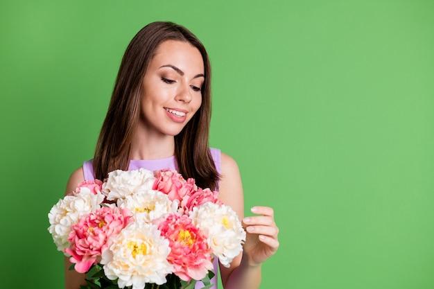 Close-up portret van haar ze leuk aantrekkelijk vrij charmant vrolijk vrolijk meisje genieten van vakantie st saint patrick dag in handen houden bos verse bloemen kopie ruimte geïsoleerde groene kleur achtergrond