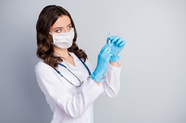 Close-up portret van haar ze mooi aantrekkelijk golvend meisje doc phonendoscope stethoscoop voorbereiding lul procedure hulp geïsoleerd over grijze pastelkleur achtergrond