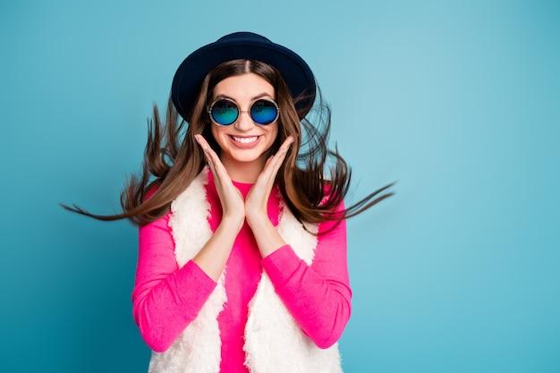 Close-up portret van haar ze mooi aantrekkelijk lief liefhebbend prachtig prachtig vrolijk vrolijk meisje genietend van vrije tijd vakantie geïsoleerd op heldere levendige glans levendige blauwe turkooizen kleur muur