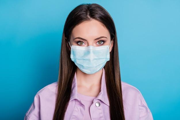 Close-up portret van haar ze mooi aantrekkelijk mooi gezond meisje dragen gaas veiligheidsmasker stop griep griep griep grippe virale longontsteking geïsoleerd helder levendig glans levendige blauwe kleur achtergrond