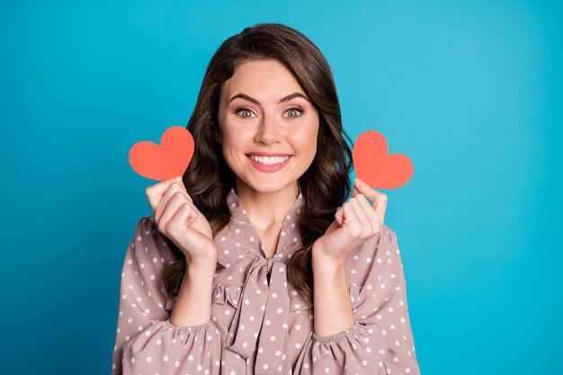 Close-up portret van haar ze mooi aantrekkelijk mooi lief vrolijk vrolijk golvend meisje levenspartner in handen houden kleine hart kaarten geïsoleerd helder levendig glans levendige blauwe kleur achtergrond
