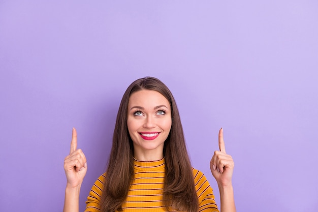 Close-up portret van haar ze mooi aantrekkelijk mooi schattig vrolijk vrolijk blij meisje wijzend twee wijsvingers advertentie kopie ruimte geïsoleerd over violet paars lila pastelkleur
