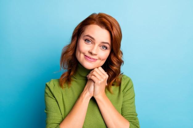 Close-up portret van haar ze mooi aantrekkelijk mooi schattig vrolijk vrolijk teder zacht golvend meisje anticiperend geschenk geïsoleerd over helder levendig glans levendig blauw turkoois groenblauw kleur muur