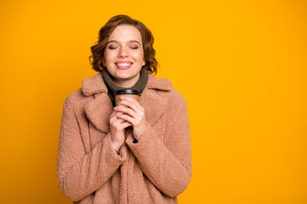 Close-up portret van haar ze mooi aantrekkelijk mooi vrij charmant schattig dromerig vrolijk vrolijk meisje drinken warme drank winter