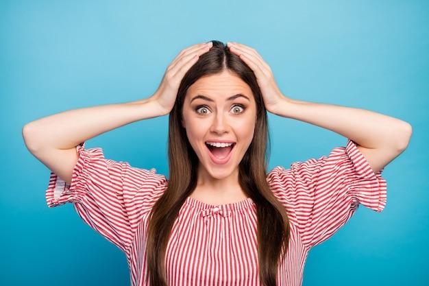 Close-up portret van haar ze mooi aantrekkelijk mooi vrij dolblij vrolijk vrolijk verbaasd langharig meisje plotseling goed nieuws geïsoleerd over heldere levendige glans levendige blauwe kleur achtergrond