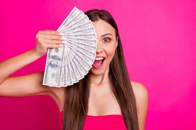 Close-up portret van haar ze mooi aantrekkelijk mooi vrolijk grappig funky blij onder de indruk langharig meisje sluitend gezicht met ventilator budget geïsoleerd op heldere levendige glans levendige roze fuchsia kleur achtergrond