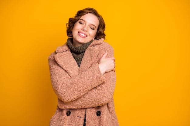 Close-up portret van haar ze mooi aantrekkelijk mooi vrolijk vrolijk teder zacht meisje knuffelen zichzelf gezellige zachte kleding dragen