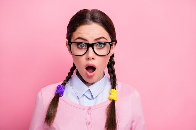 Close-up portret van haar ze mooi uitziende aantrekkelijke mooie mooie innemende grappige schattige verbaasd bruinharige tiener meisje geek nieuws reactie geïsoleerd over roze pastel kleur achtergrond