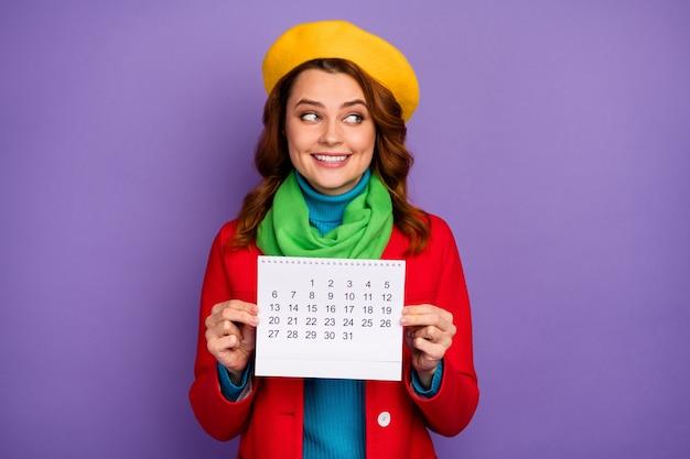 Close-up portret van haar ze mooi uitziende aantrekkelijke mooie mooie mooie vrolijke golvende haren meisje in handen houden papieren kalender plan geïsoleerd op violet lila paarse pastel kleur achtergrond te maken