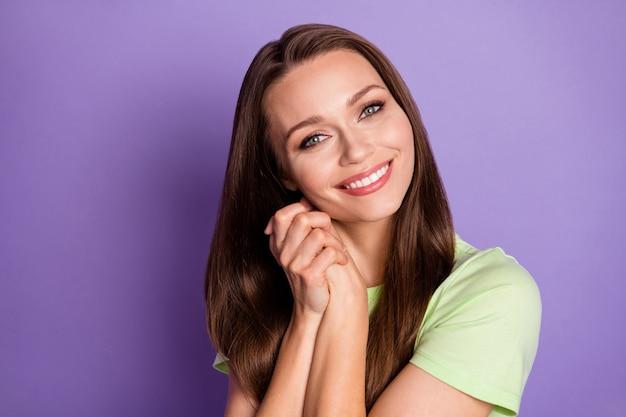 Close-up portret van haar ze mooi uitziende aantrekkelijke mooie mooie schattige lieve vrolijke vrolijke meisje genieten van goed nieuws vrede geïsoleerd over heldere levendige glans levendige lila violette kleur achtergrond