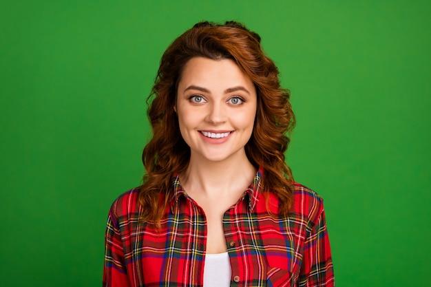 Close-up portret van haar ze mooi uitziende aantrekkelijke mooie mooie schattige vrolijke golvende haren meisje dragen geruite shirt geïsoleerd over heldere levendige glans levendige groene kleur achtergrond