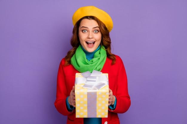 Close-up portret van haar ze mooi uitziende aantrekkelijke mooie mooie vrolijke vrolijke blij verbaasd golvend-haired meisje in handen houden geschenkdoos geïsoleerd over violet lila paars pastel kleur achtergrond