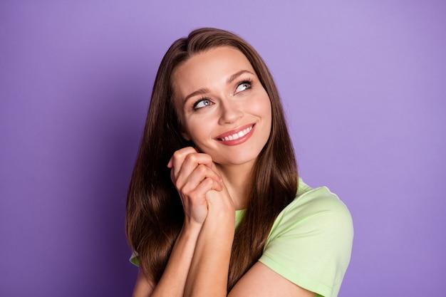 Close-up portret van haar ze mooi uitziende aantrekkelijke mooie schattige dromerige vrouwelijke vrolijk meisje verwacht goed nieuws verbeelding geïsoleerd over heldere levendige glans levendige lila violette kleur achtergrond