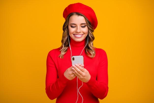 Close-up portret van haar ze mooi uitziende aantrekkelijke mooie schattige vrolijke vrolijke golvend-haired meisje met behulp van apparaat luisteren muziek geïsoleerd op heldere levendige glans levendige gele kleur achtergrond