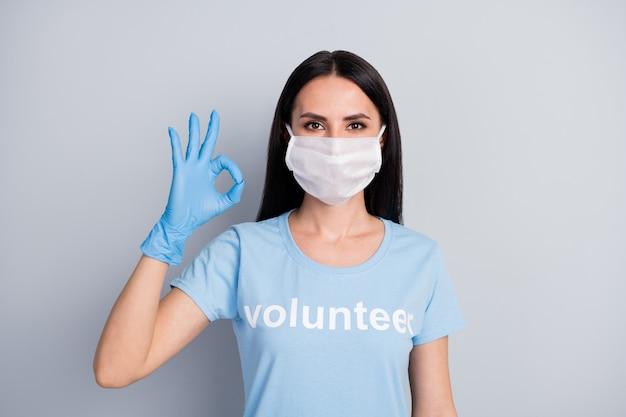 Close-up portret van haar ze mooie aantrekkelijke inhoud meisje medic doc vrijwillige weergegeven: oksign advertentie advies kies keuze geïsoleerd over grijze pastel kleur achtergrond
