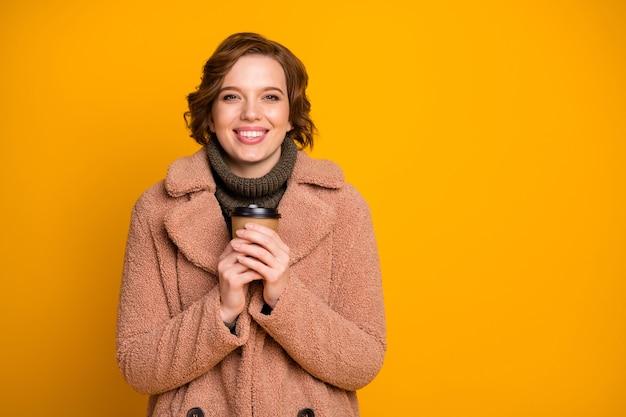 Close-up portret van haar ze mooie aantrekkelijke mooie charmante vrolijke vrolijk meisje warme drank warming-up winterseizoen drinken