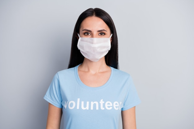 Close-up portret van haar ze mooie aantrekkelijke mooie inhoud meisje medic doc vrijwilligerswerk werknemer baan dragen beschermend masker geïsoleerd over grijze pastel kleur achtergrond