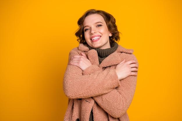 Close-up portret van haar ze mooie aantrekkelijke mooie vrolijke vrolijke tedere dromerige meisje knuffelen zichzelf warme kleren dragen