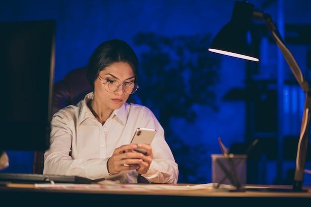 Close-up portret van haar zij mooi aantrekkelijk chic slim slim intelligent dame top uitvoerend manager ceo baas chef hardwerkend antwoordbericht deadline jaarverslag nacht donker werkplek station