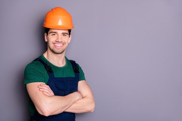 Close-up portret van hem leuk aantrekkelijk vrolijk vrolijk tevreden kerel reparateur vakman gevouwen armen geïsoleerd over grijs violet paars pastelkleur muur