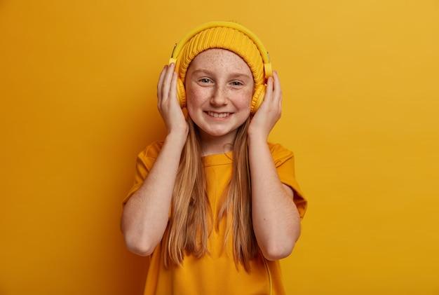 Close-up portret van jong mooi meisje geïsoleerd