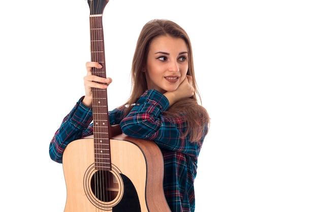 Close-up portret van jonge brunette meisje met gitaar geïsoleerd op een witte background
