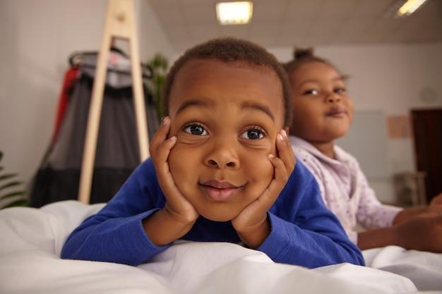 Close-up portret van jonge knappe jongen verveeld