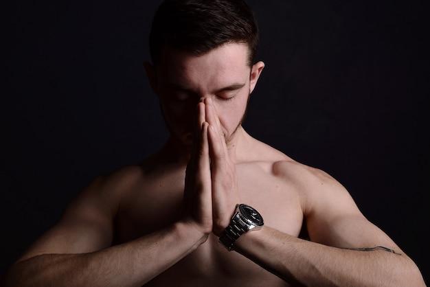 Close-up portret van jonge man bidden