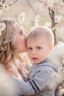 Close-up portret van jonge moeder met kleine blonde zoon die knuffelen