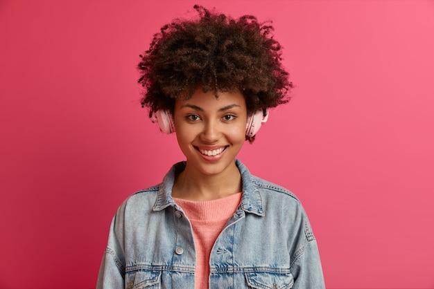 Close-up portret van jonge mooie vrouw geïsoleerd