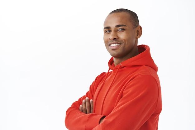 Close-up portret van jonge succesvolle afro-amerikaanse volwassen man in rode hoodie