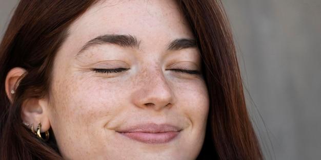 Close-up portret van jonge vrouw