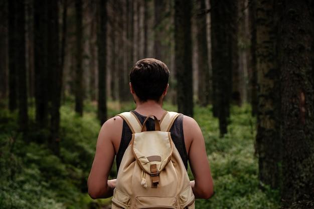 Close-up portret van jonge wandelaar wandelen, kijken naar bomen