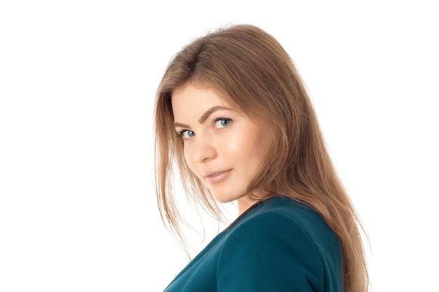 Close-up portret van jonge zakenvrouw in blauwe jas kijken naar de camera geïsoleerd op een witte achtergrond