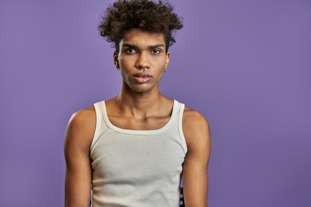 Close-up portret van jonge zwarte man in witte t-shirt met ernstige uitdrukking face