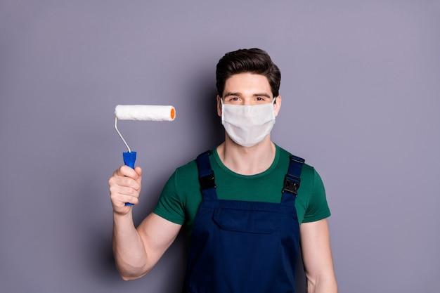 Close-up portret van kerel schilder draag veiligheidsmasker mers preventie rol trekken muur bouw industrie
