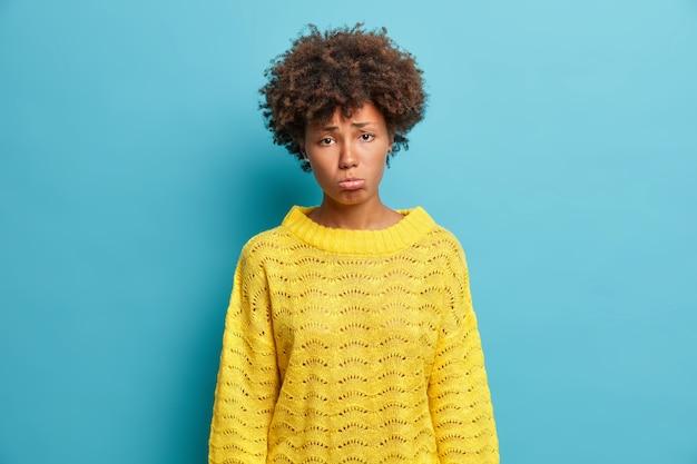 Close-up portret van krullend haired jonge vrouw geïsoleerd
