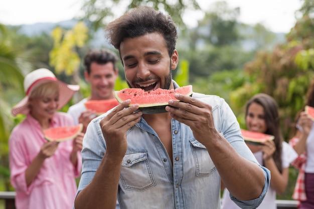 Close-up portret van latijns-man eten watermeloen