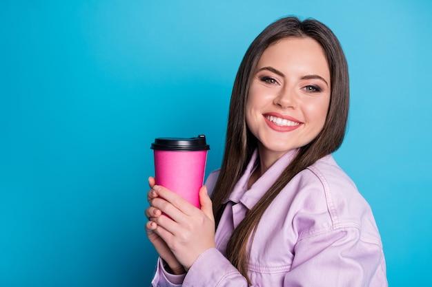 Close-up portret van leuk meisje drinken cafeïne cacao geïsoleerd op blauwe kleur background