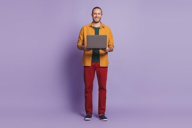 Close-up portret van man met baard houdt computer poseren