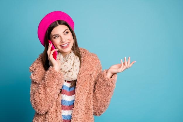 Close-up portret van meisje telefoon bellen