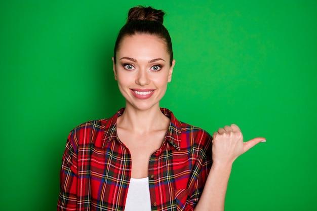 Close-up portret van mooi uitziende aantrekkelijke mooie zelfverzekerde vrolijke vrolijke meisje in gecontroleerd hemd met besluit kopie lege ruimte geïsoleerd op heldere levendige glans levendige groene kleur achtergrond