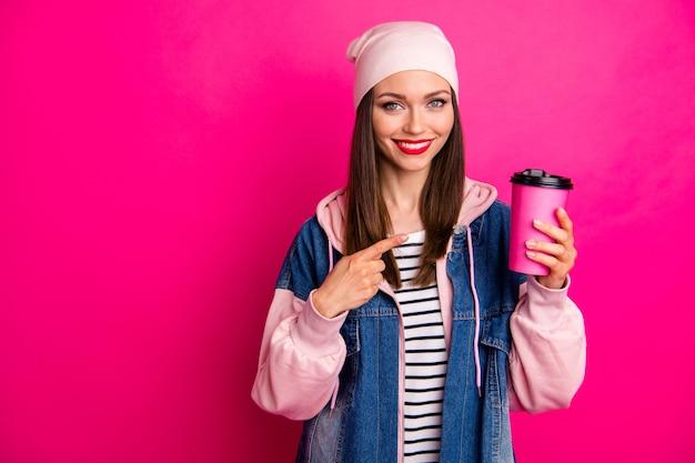 Close-up portret van mooie aantrekkelijke mooie charmante vrolijke vrolijk meisje in de hand houden koffie papieren beker nieuwe smaak aanbevelen geïsoleerd op heldere levendige glans levendige roze fuchsia kleur
