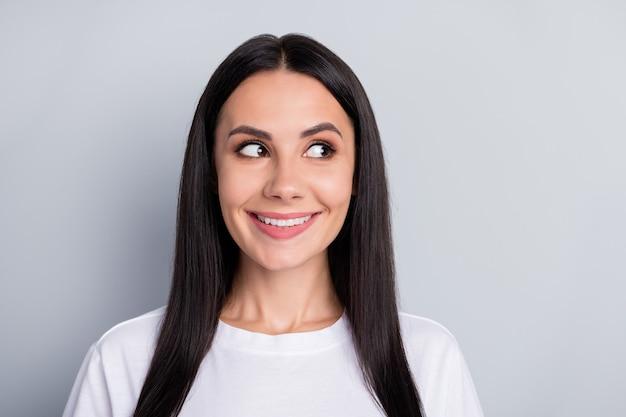 Close-up portret van mooie aantrekkelijke mooie nieuwsgierige schattige slimme slimme vrolijke vrolijke straighthaired meisje opzij kijken dromen fantaseren raden geïsoleerd over lichtgrijze pastel kleur achtergrond